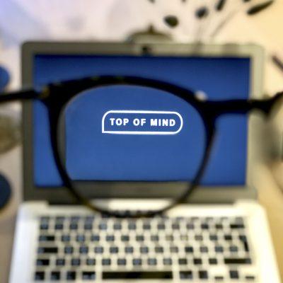 Briller foran mac kvadrat