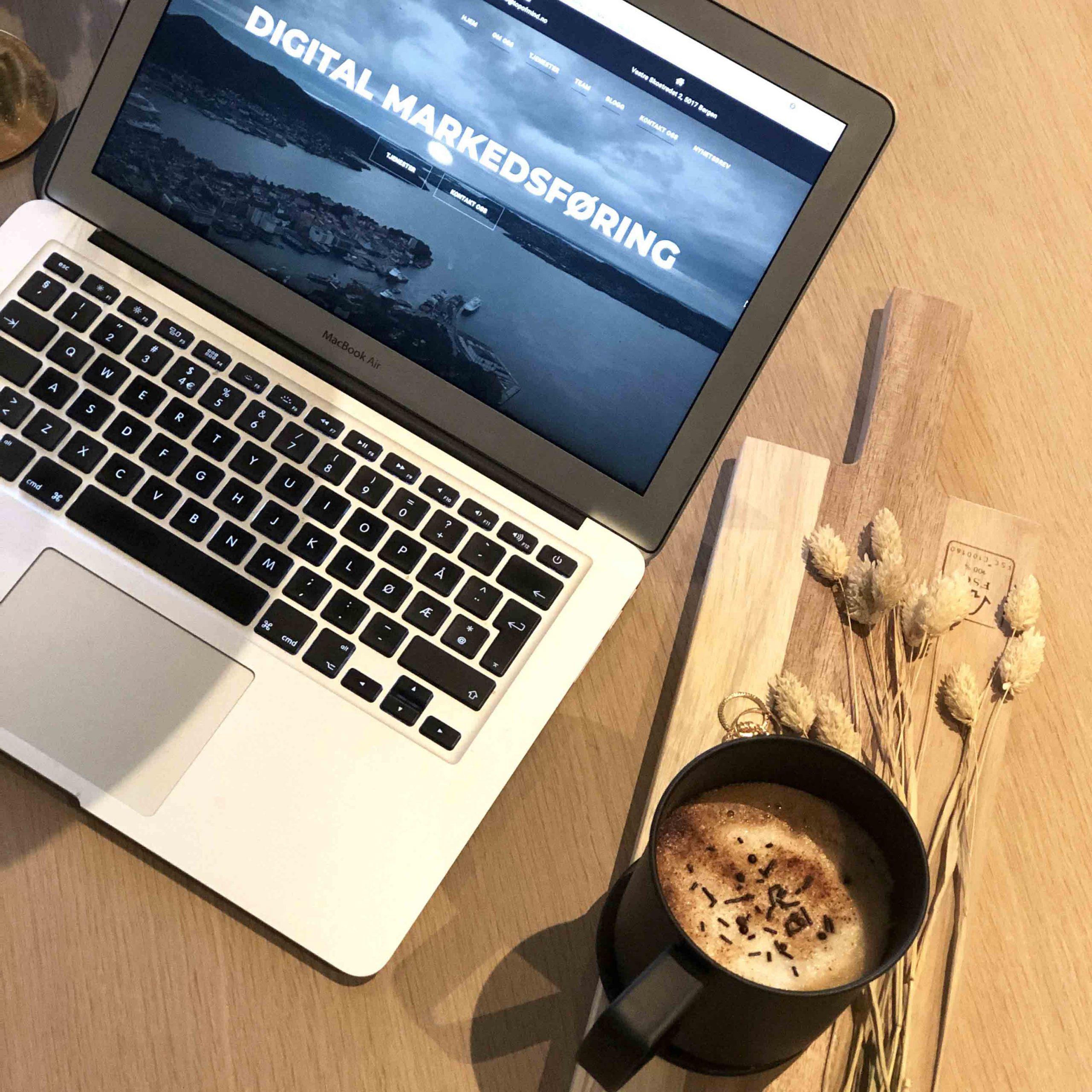 Datamaskin og kaffe