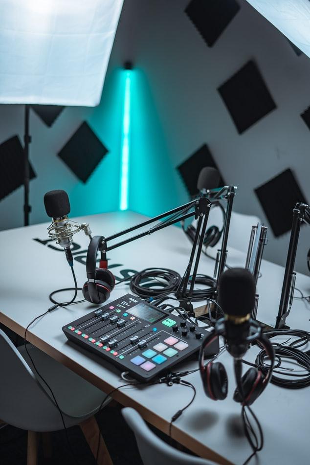 Clubhouse: Et bord med podcast-utstyr til digital markedsføring
